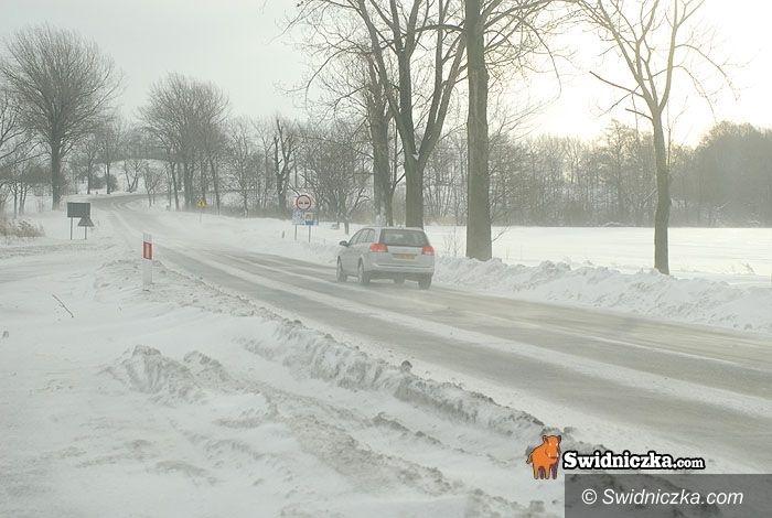powiat świdnicki: Wiatr zawiewa śnieg na drogi