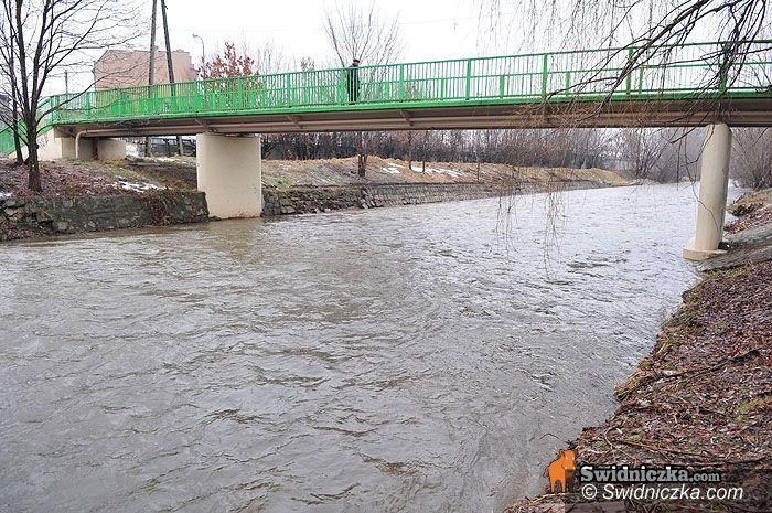 powiat świdnicki: W rzekach woda opadła, ale zalewa wciąż piwnice