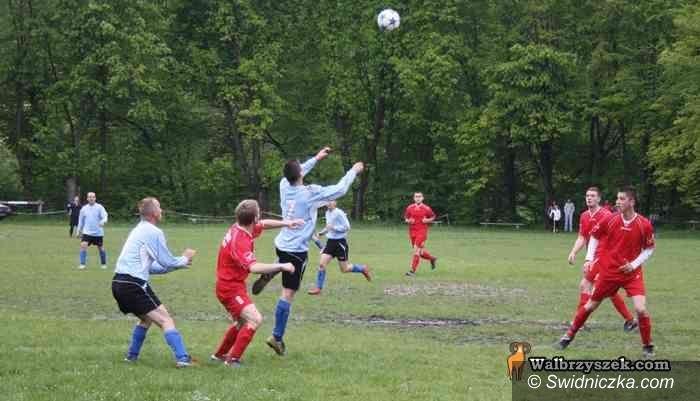 klasa A: Piłkarska klasa A: Szlagier dla LKS–u pewnie zmierzającego ku wywalczeniu mistrzostwa