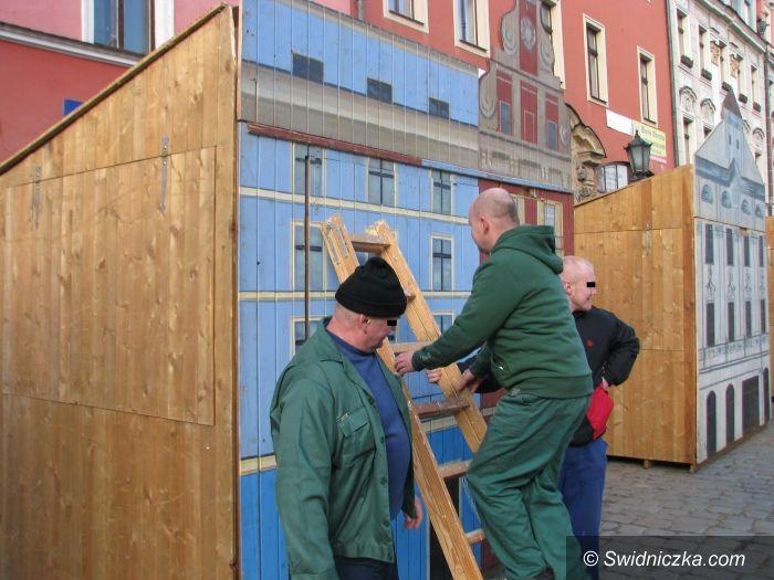 Świdnica: Więźniowie z aresztu śledczego pomagali przy budowaniu straganów jarmarcznych