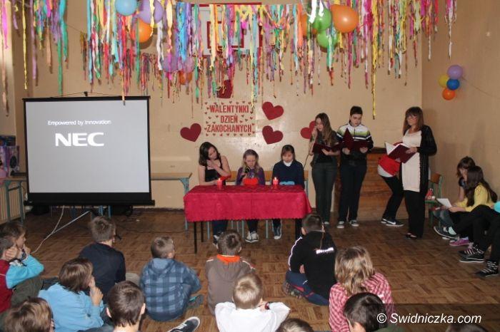 """Świdnica: """"Walentynki wierszem malowane""""–dzień zakochanych w SP 315"""