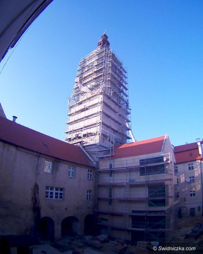 Świdnica: Hełmy na szczycie wieży ratuszowej!