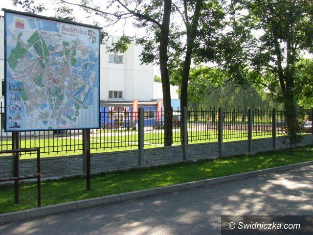 Świdnica: Nowe ogrodzenie przy wejściu na obiekty świdnickiego OSiR–u