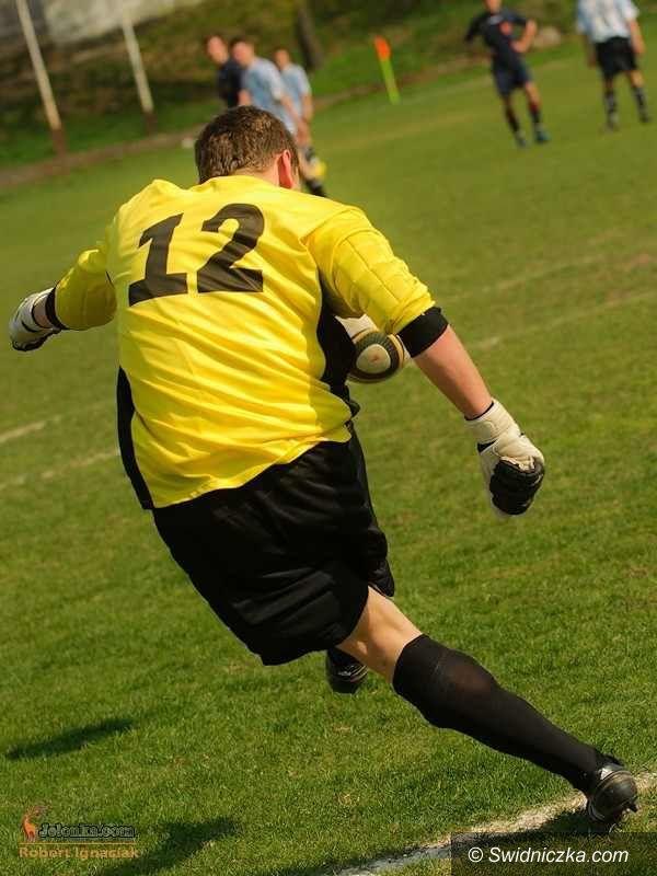 IV-liga piłkarska: IV–liga: Bezbarwny AKS – remis na zakończenie roku