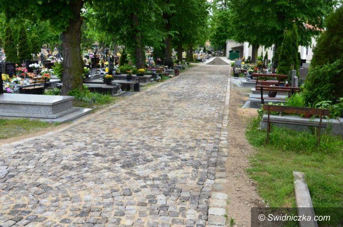 Strzegom: Remontują alejki na cmentarzu