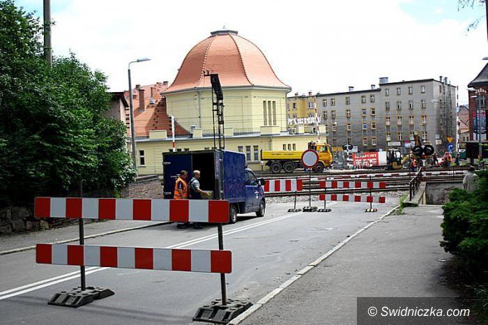 Wałbrzych: Trwają prace przy remoncie przejazdu kolejowego w Wałbrzychu