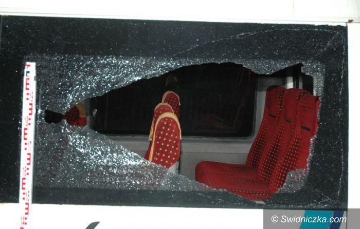 Świdnica: Ostrzelali z wiatrówki 4 autobusy i busa przewożących łącznie 150 pasażerów