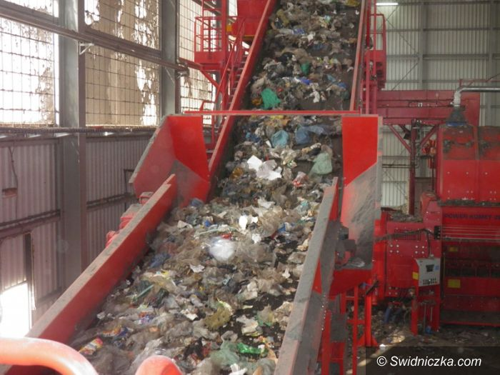 Żarów: Wyrzucasz śmieci do rowu? Zrobią Ci zdjęcie!