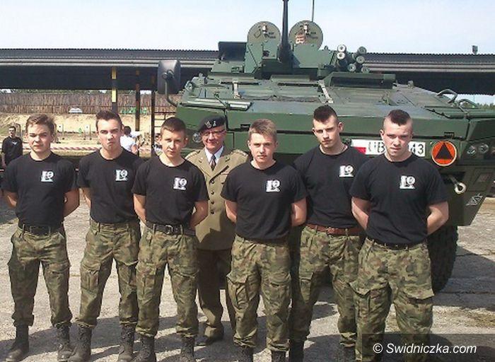 Żagań: Dwa dni mundurowych LO ze Strzegomia w jednostce pancernej