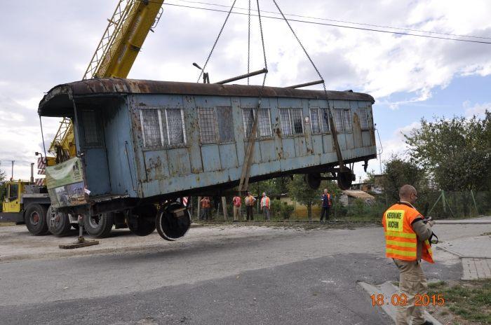 Zabytkowy wagon z Wałbrzycha odkopany