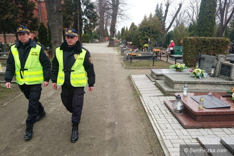 Świdnica: Strażnik pomoże odwiedzającym cmentarze