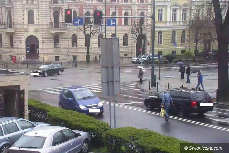 Świdnica: Wkroczył na jezdnię wprost pod nadjeżdżające samochody
