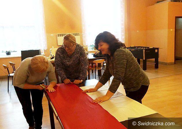 Świdnica/Region: Przystapili do szycia flag