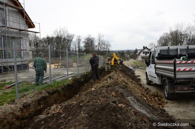 Żarów: Trwa budowa sieci wodociągowej przy ulicy Parkowej