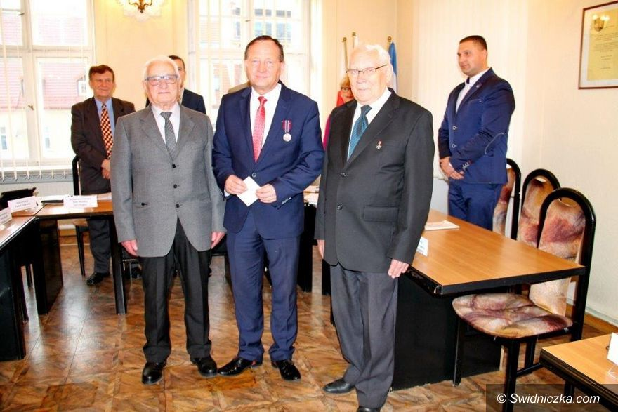 Świebodzice: Medal Pro Patria dla Bogdana Kożuchowicza