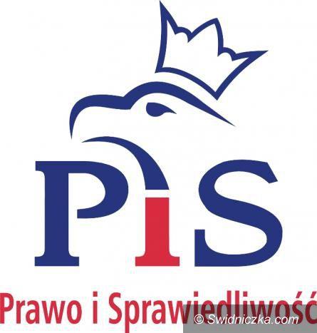 Kraj: PiS wciąż wyraźnie góruje w sondażach