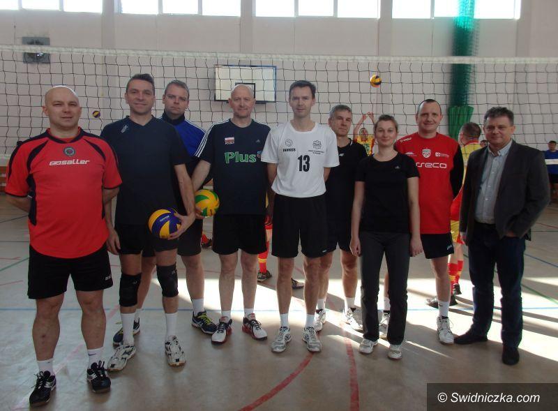 Świdnica: Świdniccy policjanci zwyciężyli w charytatywnym turnieju piłki siatkowej w Bolkowie