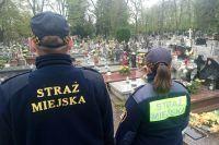 Świdnica: Strażnicy miejscy skontrolują świdnickie cmentarze