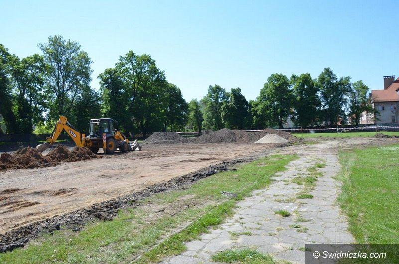 Świdnica: Ruszyła budowa boiska wielofunkcyjnego przy ZSB–E
