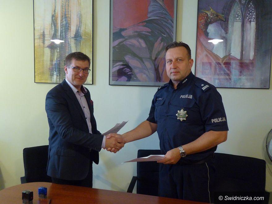 Świdnica: Porozumienie o współpracy policjantów i uczniów klas o profilu mundurowym