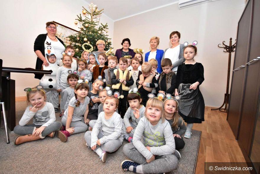 Gmina Świdnica: Świąteczna wizyta przedszkolaków w Urzędzie Gminy