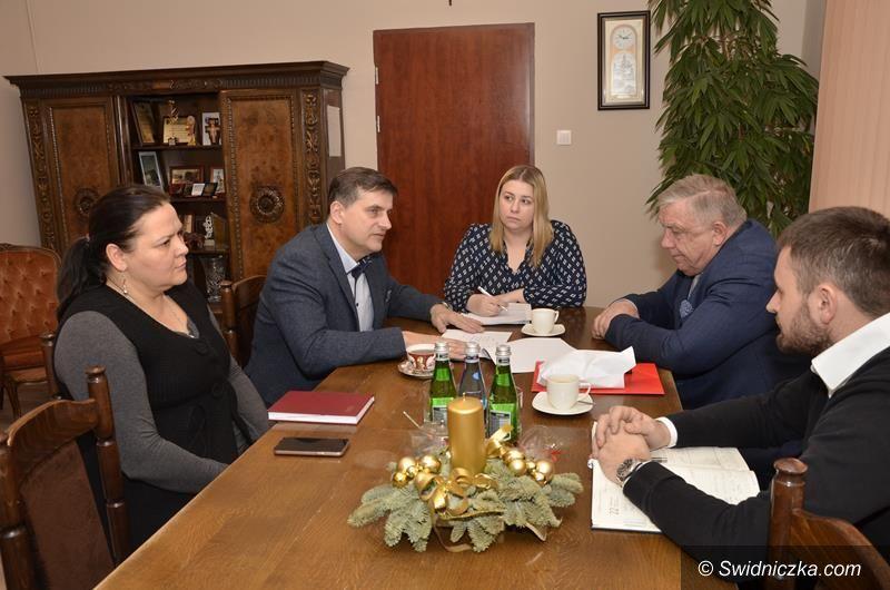 Mrowiny: Podpisali umowę na II etap budowy kanalizacji w Mrowinach