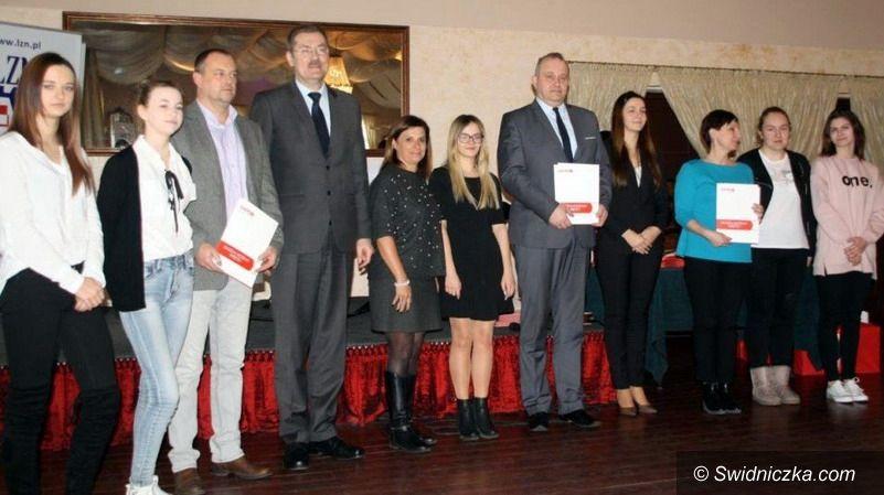 Strzegom: Zespół Szkół w Strzegomiu nagrodzony za działania prospołeczne przez kuratora oświaty