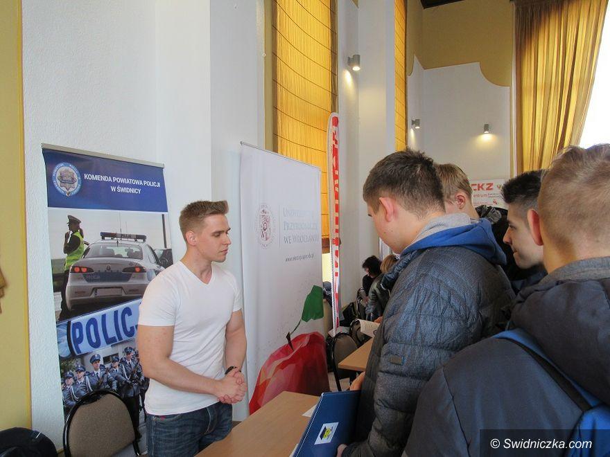 Świebodzice: Policjanci na Targach Przedsiębiorczości i Planowania Kariery Zawodowej