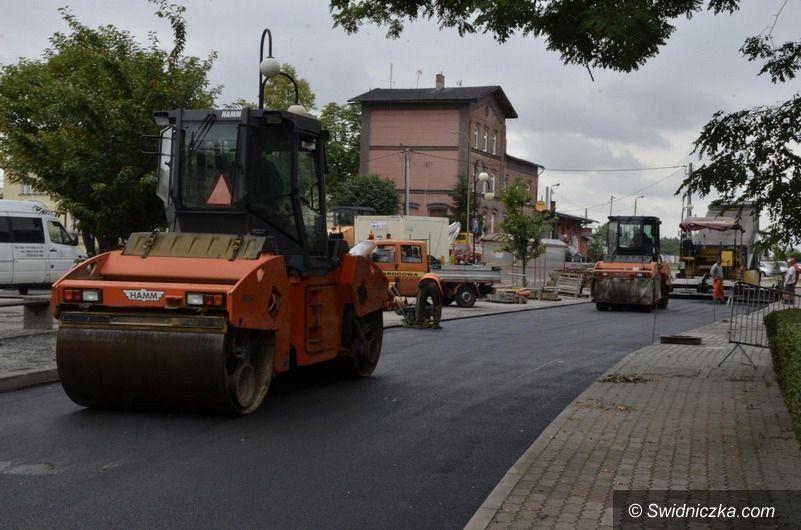 Żarów: Ulica Dworcowa w Żarowie z nową nawierzchnią asfaltową