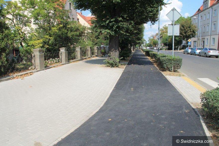 Świebodzice: Leją asfalt na ścieżki