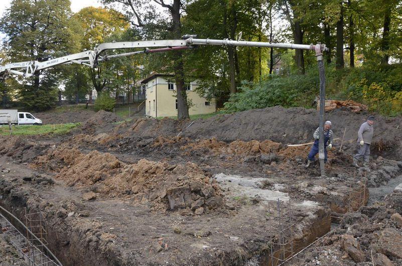 Żarów: Ruszyła budowa szatni sportowej na stadionie