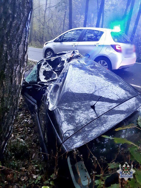 REGION: Nietrzeźwy i bez uprawnień do kierowania pojazdami uderzył samochodem osobowym w drzewo
