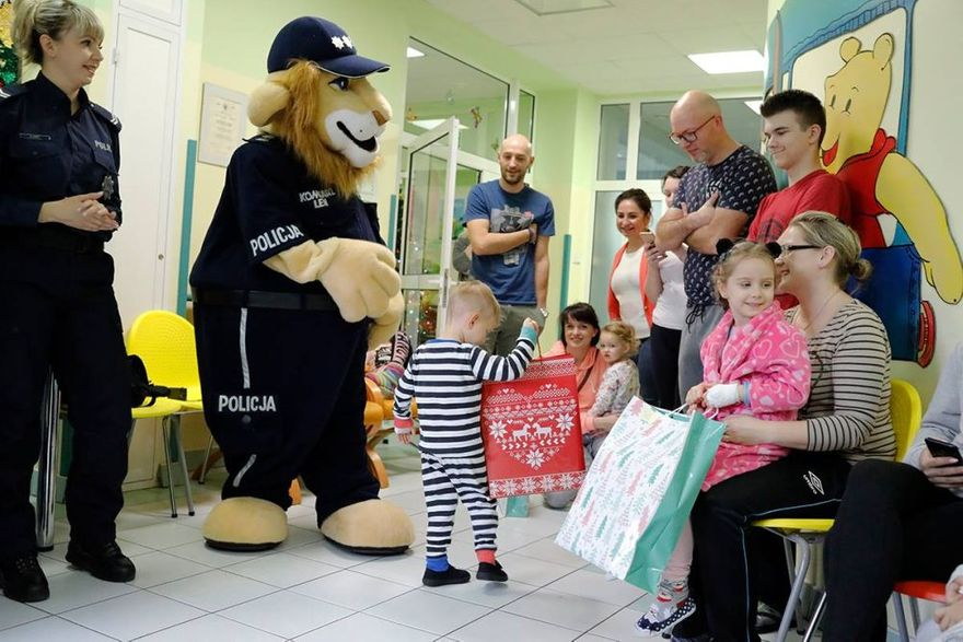 Świdnica: Świdniccy funkcjonariusze w asyście Niebieskiego Mikołaja i Komisarza Lwa odwiedzili najmłodszych pacjentów
