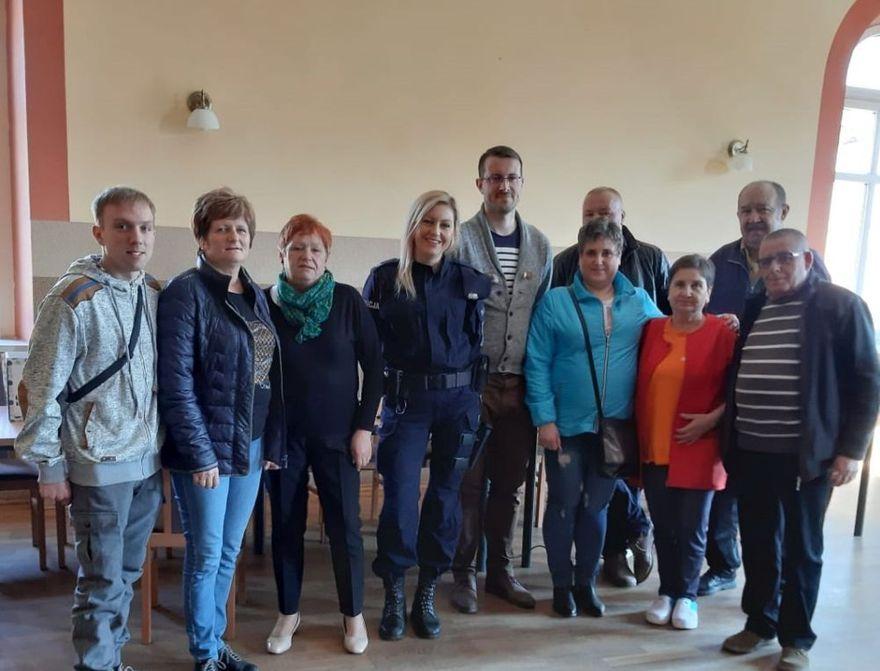 """Mokrzeszów: """"Wzorowy Senior"""" – dzielnicowa Posterunku Policji w Słotwinie rozmawiała z mieszkańcami Mokrzeszowa"""