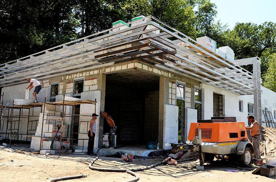 Żarów: Trwa budowa szatni